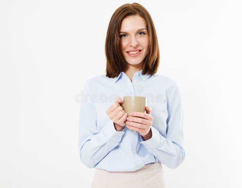 Glückliche lächelnde brunette Frau, die auf weißem Hintergrund und geschmackvolles Getränk halten aufwirft stockfotografie