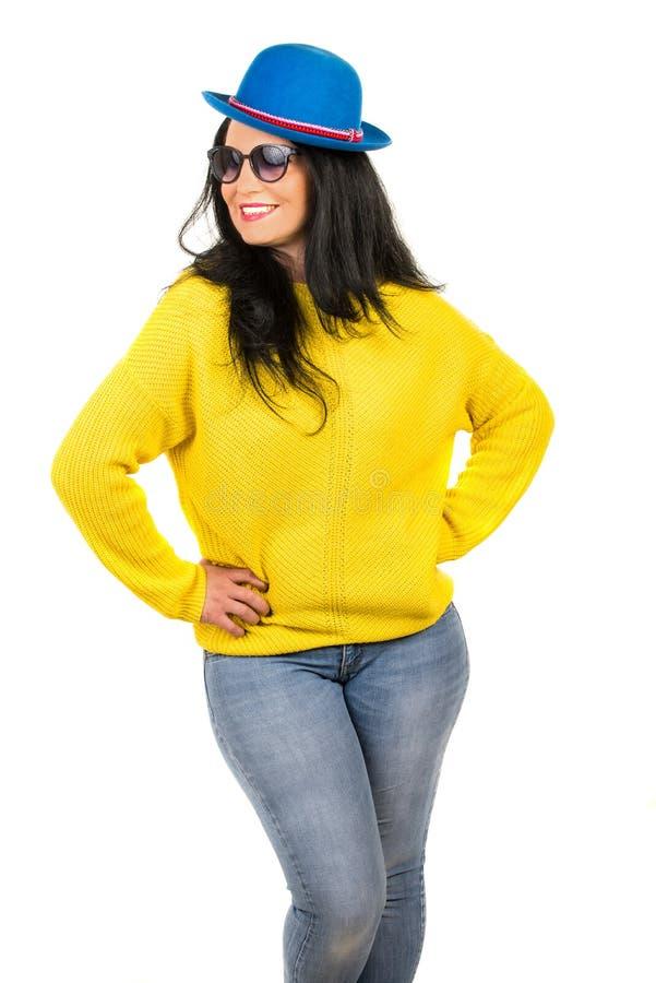 Glückliche lächelnde Brunettefrau lizenzfreie stockfotografie