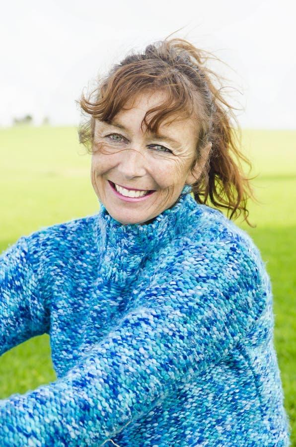 Glückliche lächelnde fällige Frau stockfotografie