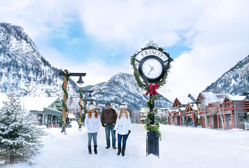 Glückliche, lächelnde Familie, die schöne Colorado-Bergstadt genießt lizenzfreies stockbild