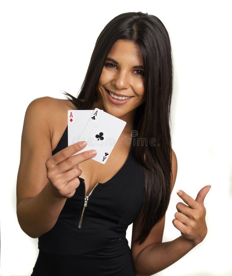 Glückliche lächelnde Frau, welche die Asse gewinnen Hand hält stockfotos