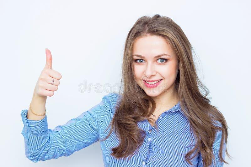 Glückliche lächelnde Geschäftsfrau mit den Daumen up Geste lizenzfreies stockfoto