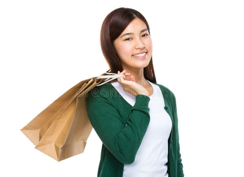 Glückliche lächelnde haltene Einkaufstaschen der Einkaufsfrau lizenzfreie stockfotografie