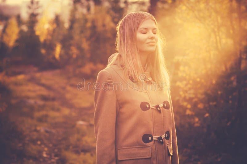 Glückliche lächelnde Harmonie der jungen Frau mit Natur lizenzfreies stockfoto