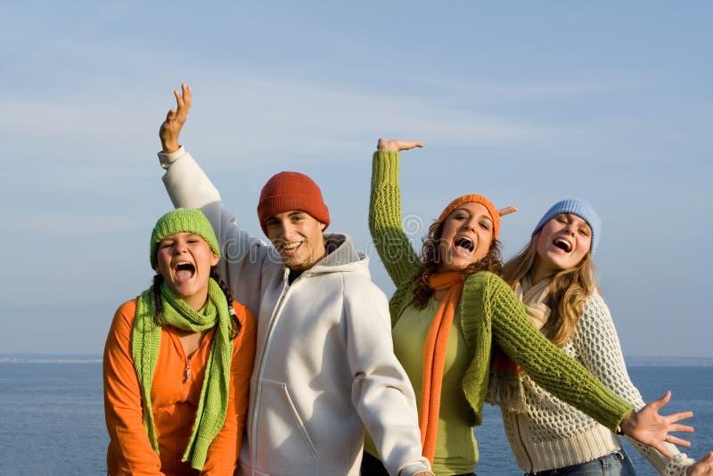 Glückliche lächelnde Jugendgruppe  stockfoto