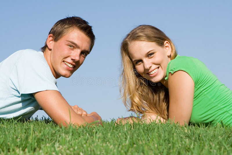 Glückliche lächelnde jugendlich Paare lizenzfreies stockfoto