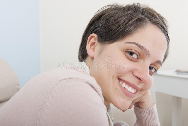 Glückliche lächelnde junge erwachsene Latina-Frau lizenzfreie stockfotos