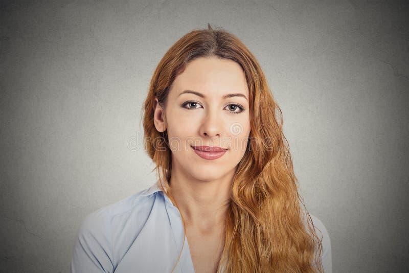 Glückliche lächelnde junge Frau lizenzfreies stockfoto