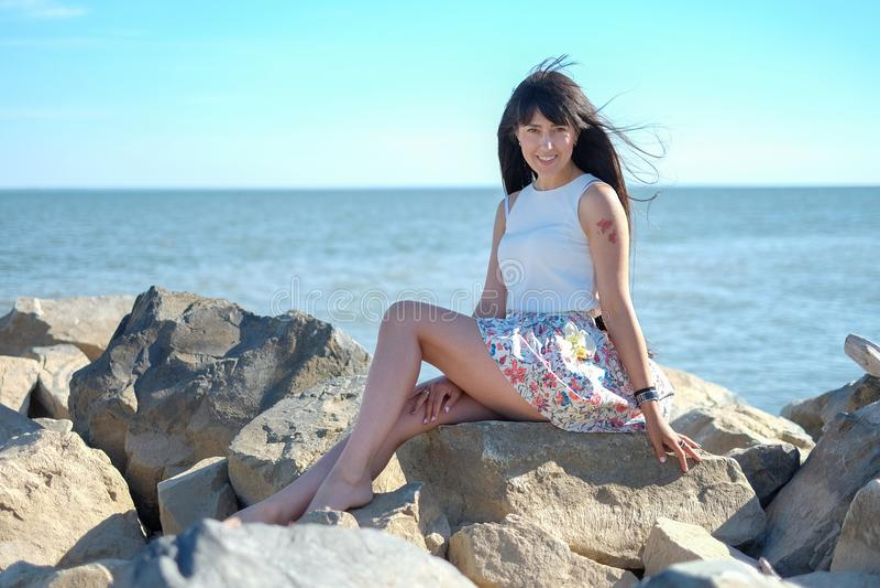 Glückliche lächelnde junge Frauen auf dem Seehintergrund lizenzfreies stockbild