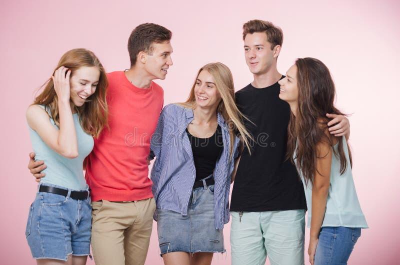 Glückliche lächelnde junge Gruppe Freunde, die zusammen sprechend und lachend stehen Beste Freunde lizenzfreies stockfoto