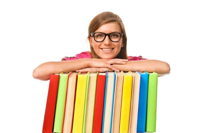 Glückliche lächelnde junge Studentenfrau mit Büchern stockfoto