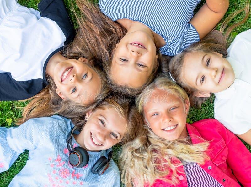 Glückliche lächelnde Kinder lizenzfreies stockbild
