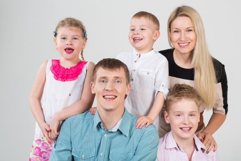 Glückliche lächelnde Leute der fünfköpfigen Familie lizenzfreie stockbilder