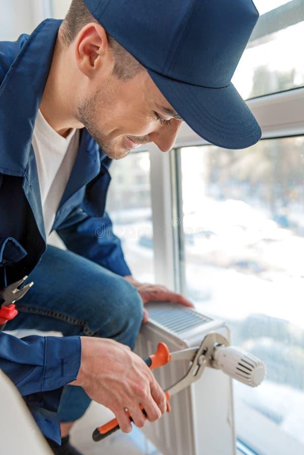 Glückliche lächelnde Mannfunktion als Heimwerker stockbilder