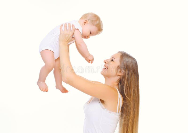 Glückliche lächelnde Mutter, die mit Baby auf weißem Hintergrund spielt lizenzfreie stockbilder