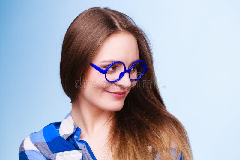 Glückliche lächelnde nerdy Frau in den sonderbaren Gläsern lizenzfreie stockbilder