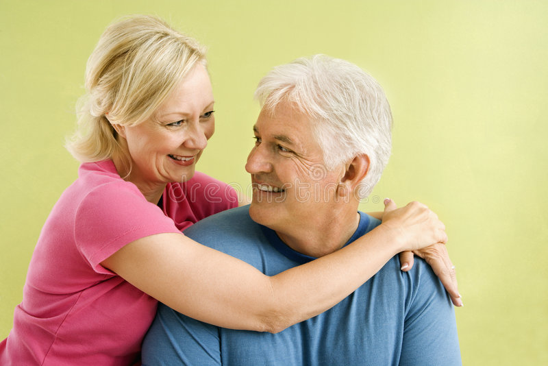 Glückliche lächelnde Paare. lizenzfreie stockfotografie