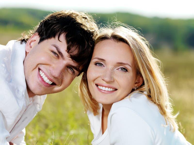 Glückliche lächelnde Paare auf Natur lizenzfreies stockfoto