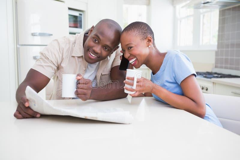 Glückliche lächelnde Paare, die in der Schale trinken lizenzfreies stockbild