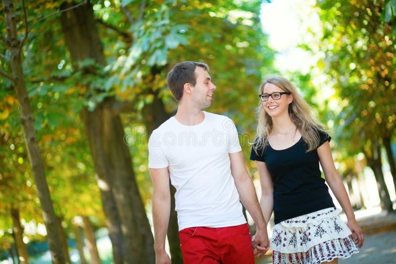 Glückliche lächelnde Paare, die Falltag genießen lizenzfreie stockbilder