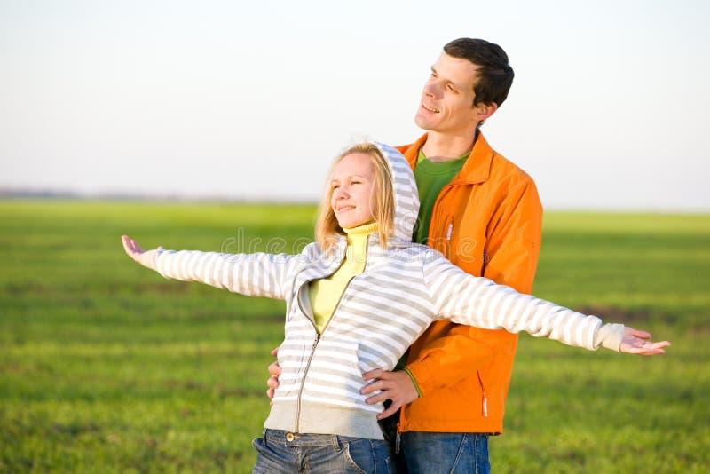 Glückliche lächelnde Paare fliegen in Himmel lizenzfreie stockfotos