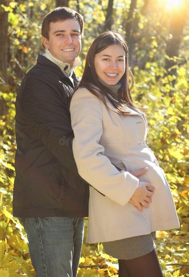 Glückliche lächelnde Paare im Herbstwald stockbild