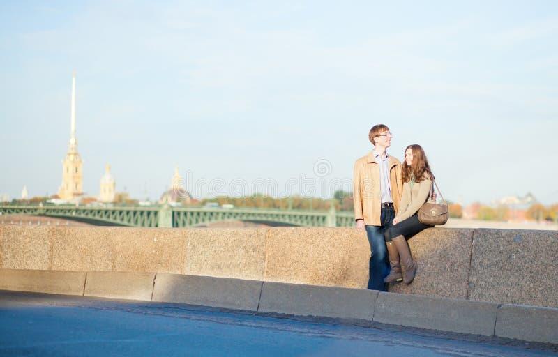 Glückliche lächelnde Paare in St Petersburg lizenzfreies stockbild