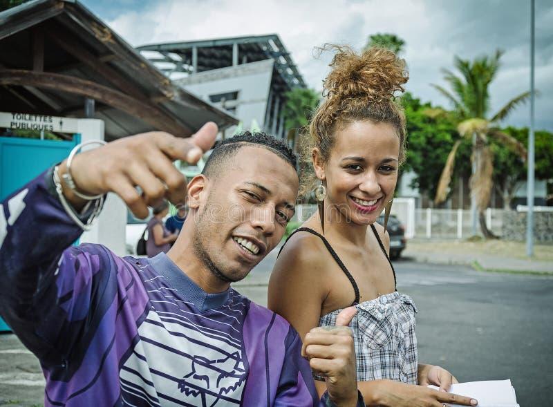 Glückliche lächelnde Paare von kreolischen Leuten lizenzfreies stockfoto