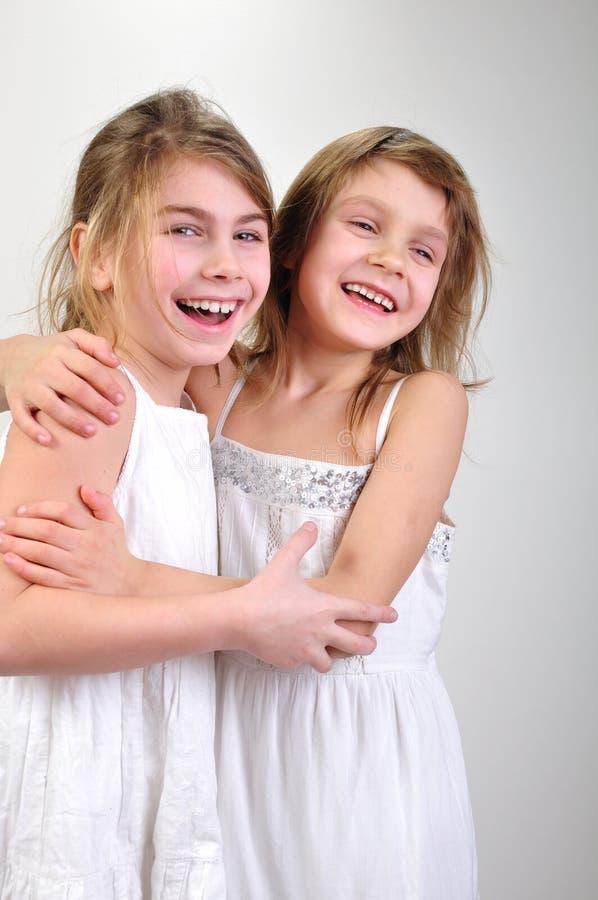 Glückliche lächelnde reizende Mädchen frinds lizenzfreie stockfotos