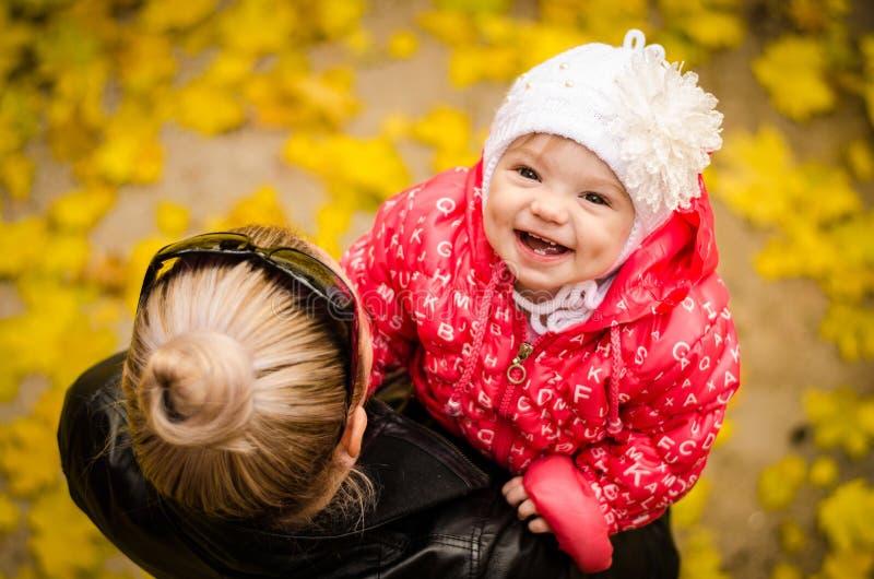 Glückliche lächelnde Tochter lizenzfreies stockfoto