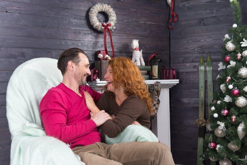 Glückliche lachende Frau beim Lehnen zu ihrem Ehemann lizenzfreies stockbild