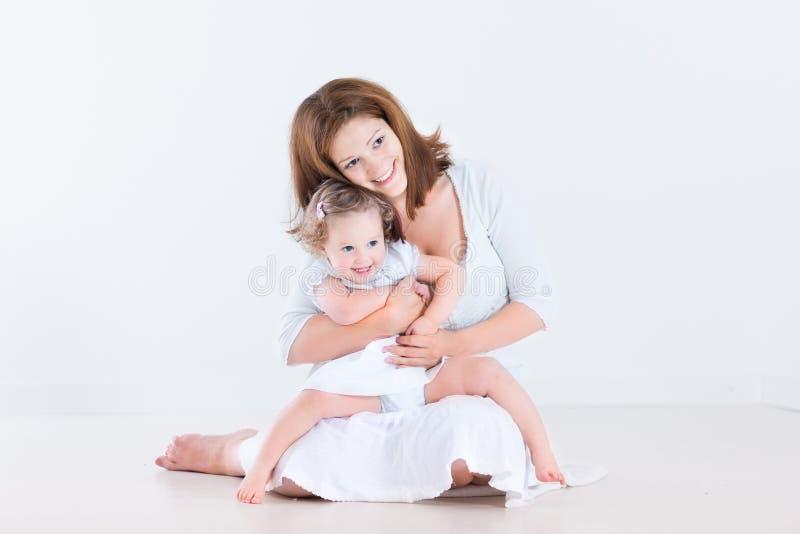 Glückliche lachende Mutter mit ihrer Kleinkindtochter lizenzfreie stockbilder