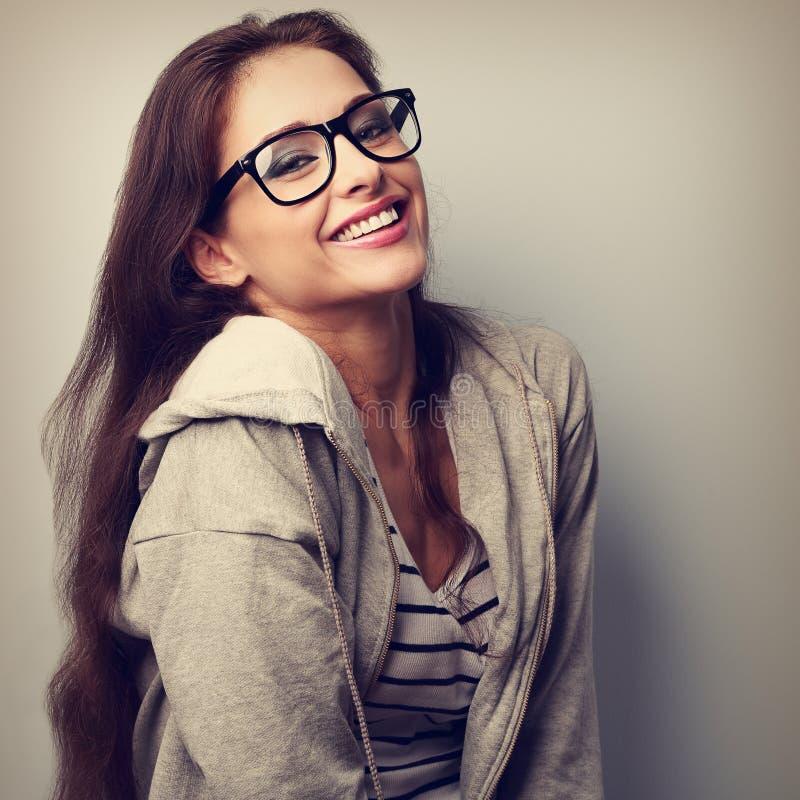 Glückliche lachende zufällige Frau in den Brillen Weinlesenahaufnahme portr lizenzfreie stockfotos