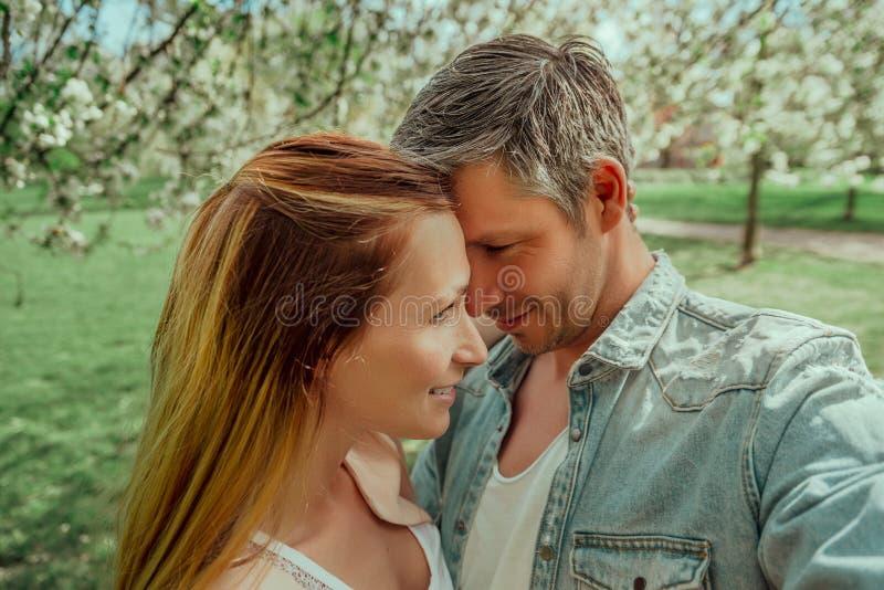 Glückliche Lebensstilpaare stockfotos