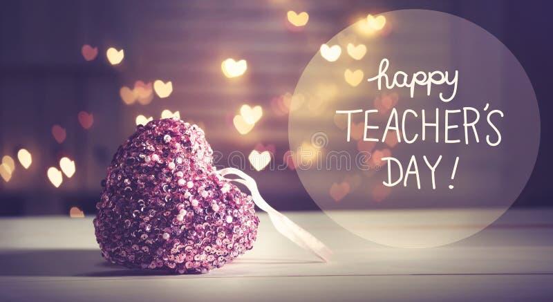 Glückliche Lehrer ` s Tagesmitteilung mit einem rosa Herzen stockfoto