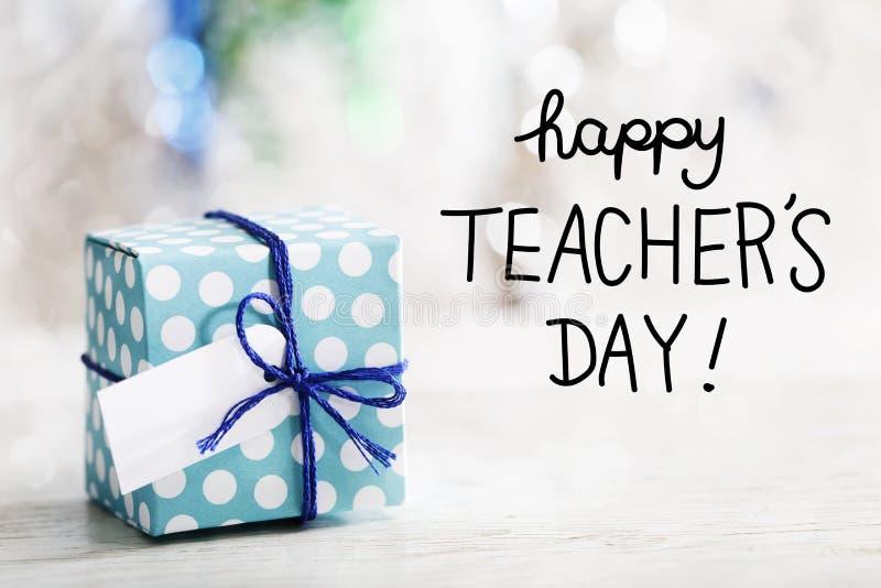 Glückliche Lehrer-Tagesmitteilung mit Geschenkbox stockbild
