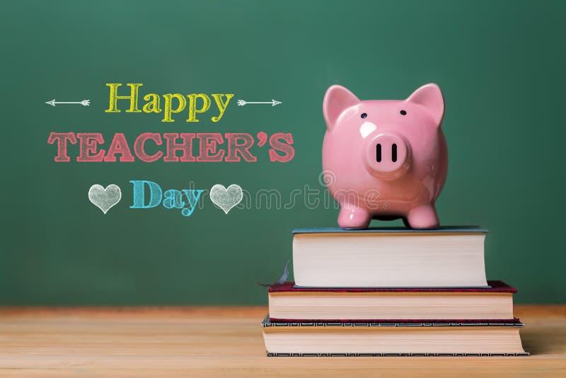 Glückliche Lehrer-Tagesmitteilung mit rosa Sparschwein lizenzfreie stockfotos