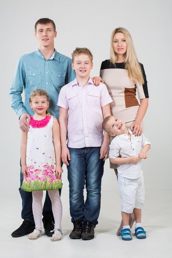 Glückliche Leute der fünfköpfigen Familie lizenzfreie stockbilder
