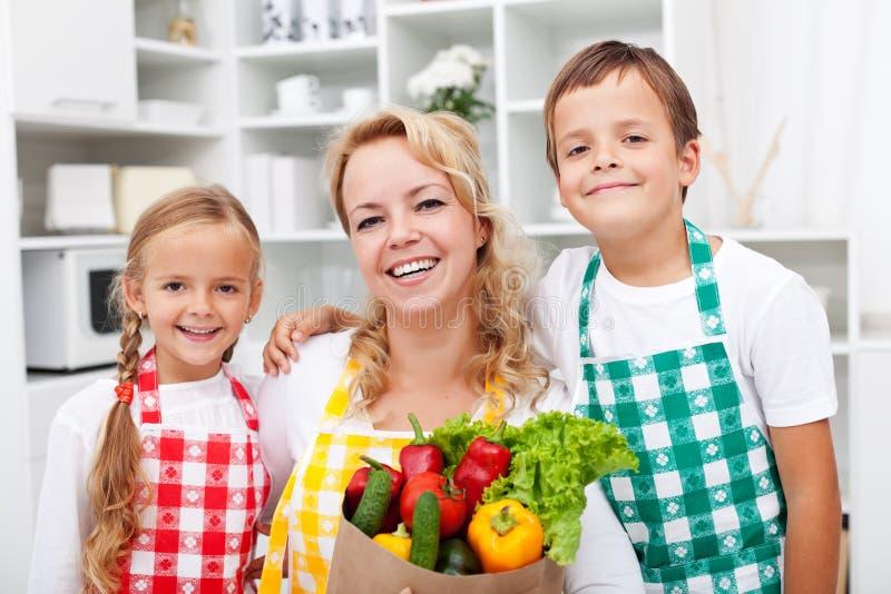 Glückliche Leute mit gesunder Nahrung lizenzfreie stockbilder