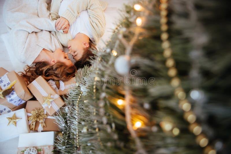 Glückliche Liebespaare feiern Weihnachtsfeiertage stockfotografie