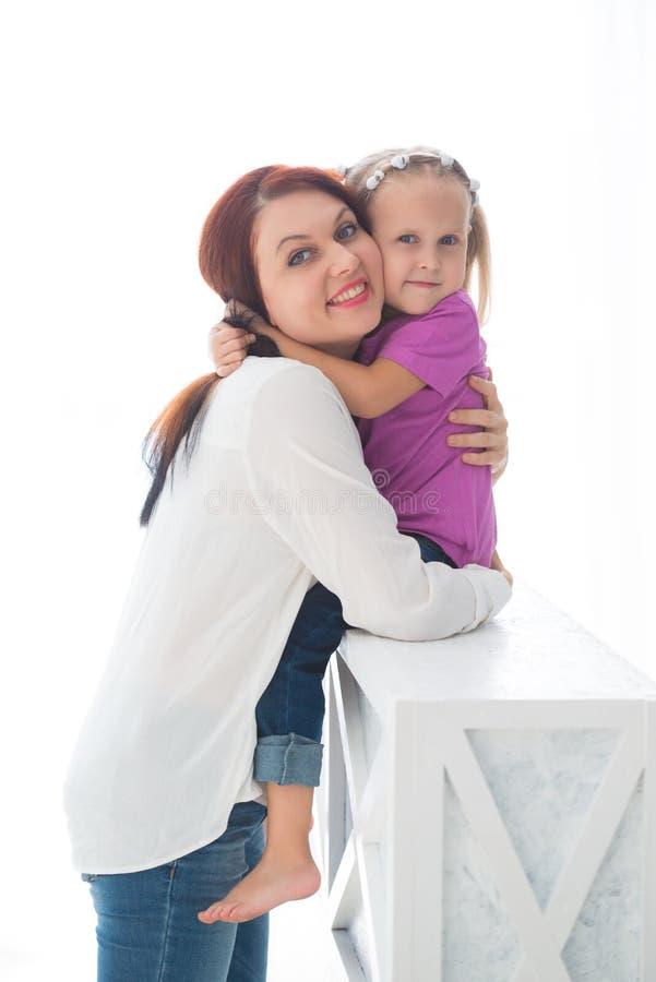 Glückliche liebevolle Familie Bemuttern Sie und ihr spielendes und umarmendes Tochterkindermädchen lizenzfreies stockfoto