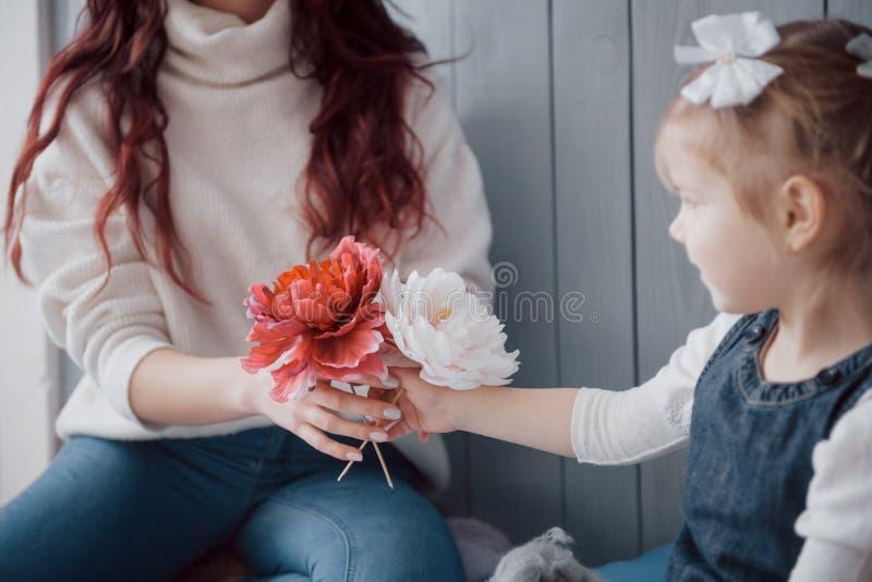 Glückliche liebevolle Familie Mutter und ihr Tochterkindermädchenspielen stockfotos