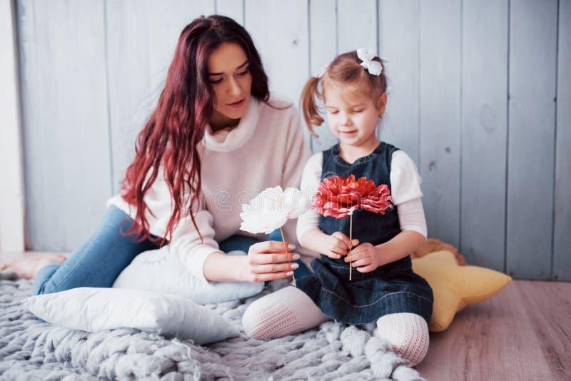 Glückliche liebevolle Familie Mutter und ihr Tochterkindermädchenspielen stockbild