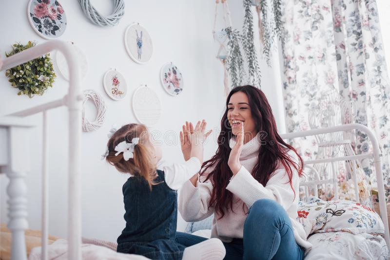 Glückliche liebevolle Familie Mutter und ihr Tochterkindermädchenspielen lizenzfreies stockbild