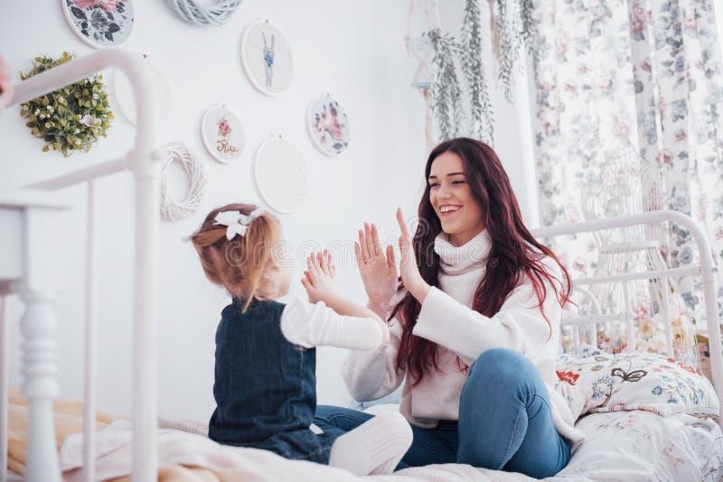 Glückliche liebevolle Familie Mutter und ihr Tochterkindermädchenspielen lizenzfreie stockbilder
