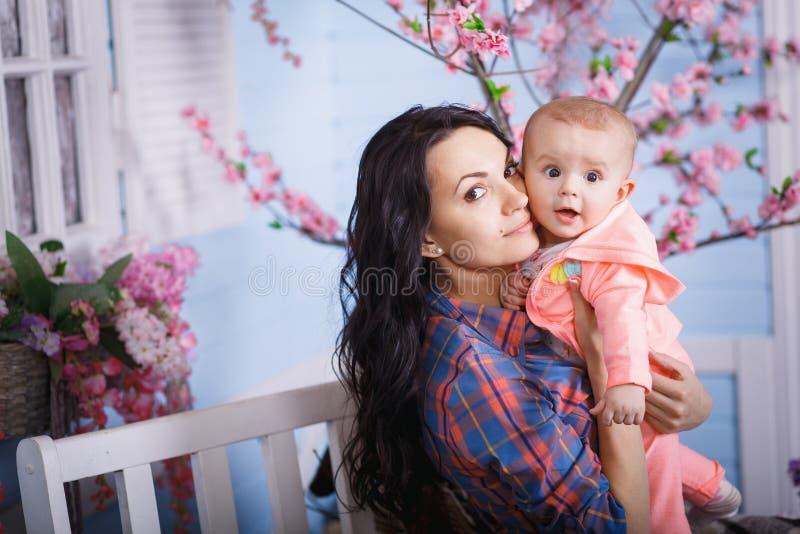 Glückliche liebevolle Familie Nettes kleines Mädchen kämmt ihr Mutter ` s Haar stockbild