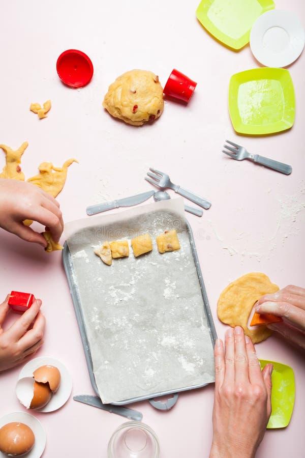 Glückliche liebevolle Familienköche, Spielbäckerei zusammen Entwicklung des Kindes, Bewegungsfähigkeiten Zerstreute Spielzeuggerä lizenzfreies stockfoto