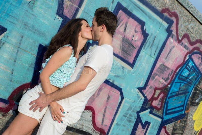 Glückliche liebevolle junge Paare draußen lizenzfreie stockbilder