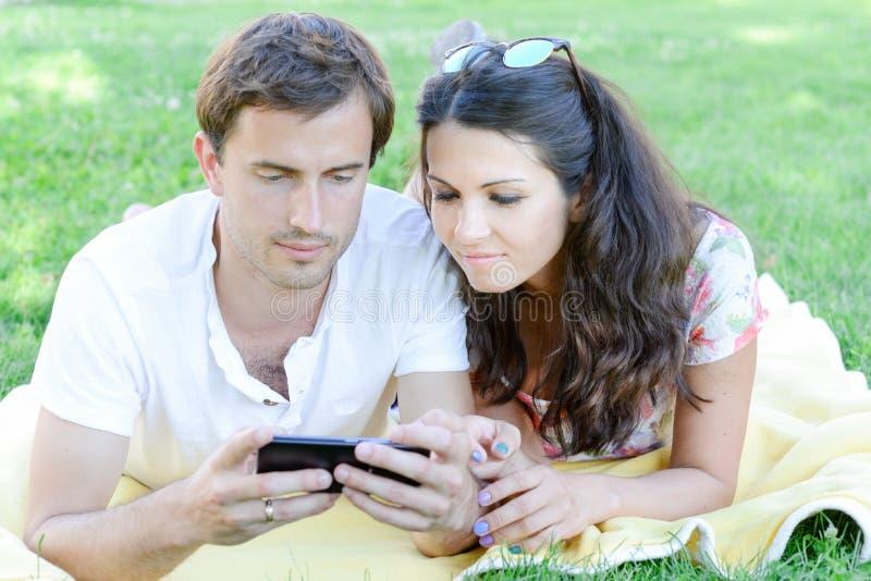 Glückliche liebevolle junge Paare draußen stockfotos