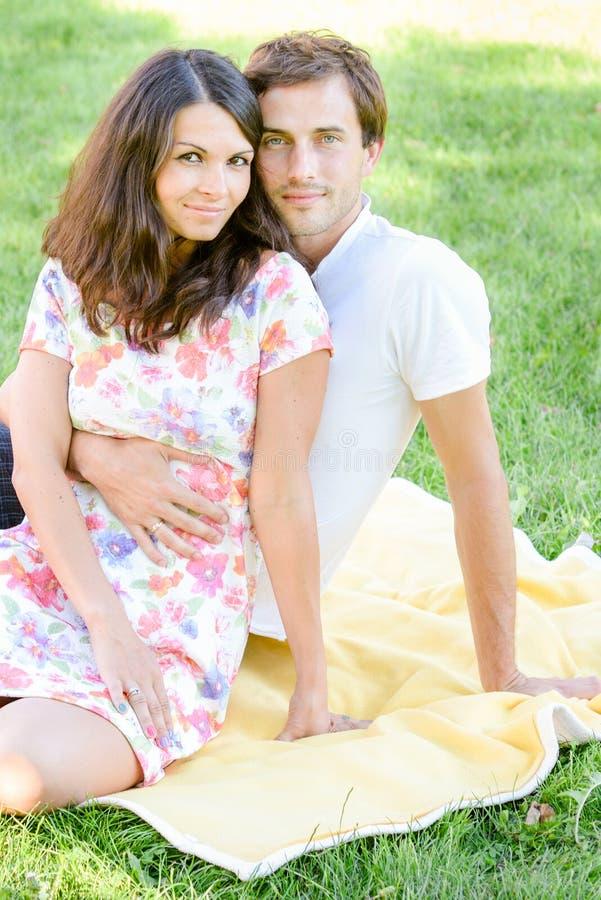 Glückliche liebevolle junge Paare draußen stockbild